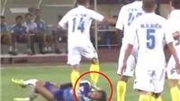 Hậu vệ Hồng Tiến bị treo giò 2 trận vì giẫm lên mặt Văn Sơn (HAGL): Phạt nhẹ vì không cố tình chơi thô bạo?!