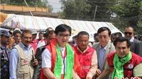 Siêu sao võ thuật Thành Long đích thân mang đồ cứu trợ tới Nepal
