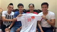Công Phượng, Ngọc Hải, Huy Toàn tặng áo đấu cho cựu VĐV Vũ Bích Hường