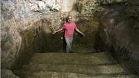 VIDEO: Phát hiện bể tắm cổ 2000 tuổi ngay dưới phòng khách nhà mình