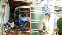 Bình Phước: Xe khách mất lái đâm sập ba ngôi nhà