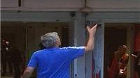 Mourinho ném 'huy chương thua cuộc' cho fan Arsenal