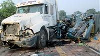 Xe tải đấu đầu xe container, 1 người chết, một người nguy kịch