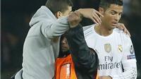 Fan cuồng lao vào sân ôm Ronaldo ở trận PSG - Real Madrid