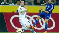 Tiền vệ của Schalke đạp bóng thô bạo với đối phương