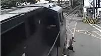 VIDEO: Rụng rời cảnh ông lão 'điếc không sợ tàu hỏa'