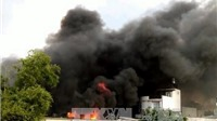 Cháy lớn ở TP.HCM, lính cứu hỏa trèo lên mái nhà phun nước