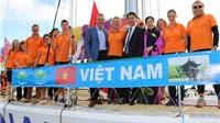 Tổng Lãnh sự Việt Nam tại Tây Úc tiếp lửa cho đội thuyền buồm Việt Nam