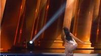Hoa hậu Myanmar thông minh chữa cháy khi vấp ngã trên sân khấu Hoa hậu hoàn vũ