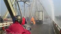VIDEO: Vỡ đường ống, nước phun lên cầu Chương Dương như vòi rồng