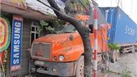 KINH HOÀNG: Xe container kéo rê xe 4 chỗ, húc đổ cột điện, lao vào nhà dân, giết chết 1 người