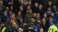 Chelsea có thể bị phạt vì CĐV nhà ném đồng xu vào cầu thủ Man City