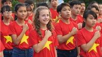 Cô bé 11 tuổi qua 80 nước đến Việt Nam, hát 'Tiến Quân ca' để gây quỹ từ thiện