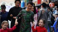 Hồng Nhung đưa chồng con dự khai mạc Tuần lễ áo dài của em gái Trịnh Công Sơn