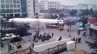 Vụ máy bay nằm chềnh ềnh giữa đường phố Trung Quốc: Công ty vận chuyển phải xin lỗi