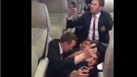 Clip cầu thủ Man United co rúm khi CĐV West Ham tấn công xe buýt