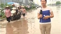 Người Hà Nội vượt ngập úng tới công sở