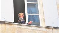 Những nẻo đường EURO: Người phụ nữ hút thuốc lá bên cửa sổ