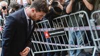 BÌNH LUẬN: Hay là treo giày luôn nhỉ, Leo Messi?