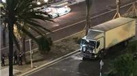 VIDEO: Xe tải chất đầy vũ khí hạng nặng tăng tốc lao vào đám đông làm 80 chết