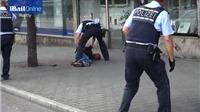 VIDEO: Cảnh sát Đức 'bắt nóng' kẻ vung dao cuồng sát trên đường phố