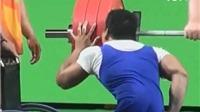 ĐẶC BIỆT: Lê Văn Công HÔN tạ sau khi giành HCV ở Paralympic
