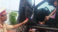 Nữ tài xế cố thủ trong ô tô: CSGT cẩu cả xe lẫn người