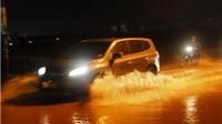 CẬN CẢNH: Vỡ bờ bao ở TP HCM, nước tràn vào, dân trở tay không kịp