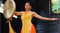 Á hậu Nguyễn Thị Loan điêu luyện trong phần thi trang phục dân tộc