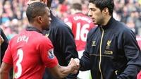Patrice Evra xóa bỏ hiềm khích, chúc mừng Suarez nhận Chiếc giày vàng