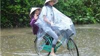 Hoa hậu Phạm Hương đi dép lê, đạp xe trao quà từ thiện ở miền Trung