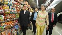 Phu nhân Thủ tướng Lý Hiển Long giản dị mua trái cây ở siêu thị