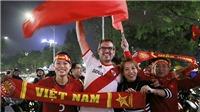 CĐV tràn ra đường ăn mừng chiến tích lịch sử của U23 Việt Nam