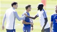 CỰC ĐỘC: Bakayoko đi 'dép lê' ra mắt đồng đội tại Chelsea