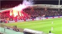 SỐC: CĐV Spartak ném pháo sáng như... tên lửa, suýt 'hạ' trọng tài