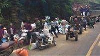 Xe tải chở cám đâm vách đá, 2 người chết, dân lao vào 'hôi của'