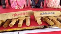 Quan chức Ấn Độ tặng gậy gỗ tự vệ cho 700 cô dâu