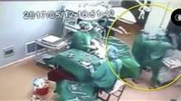 Choáng cảnh hai nhân viên y tế đánh nhau túi bụi khi đang phẫu thuật