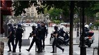 Tấn công trước Nhà thờ Đức bà Paris, 2.000 du khách mắc kẹt