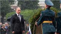 VIDEO: Tổng thống Putin đầu trần dưới mưa tưởng niệm chiến sĩ vô danh
