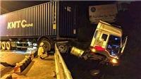 Xe container mất lái treo lơ lửng trên thành cầu Sêrêpốk