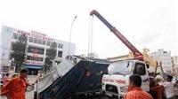 Hỗ tử thần nuốt trọn xe rác nặng 6,5 tấn trên đường phố TP HCM