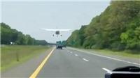 VIDEO: Đứng tim nhìn máy bay hạ cánh trên đường cao tốc đông đúc