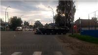 VIDEO: Không thể tin, xe bọc thép chở quân va chạm với xe hơi trên phố