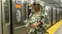 Người mẫu Playboy gây choáng khi diện váy đô - la, catwalk trên sân ga