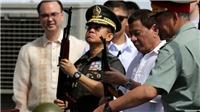 Tổng thống Philippines trực tiếp lên tàu chiến Nga nhận 5.000 khẩu AK