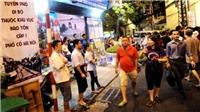 Khách nước ngoài thích thú với tour đi bộ miễn phí tham quan Hà Nội