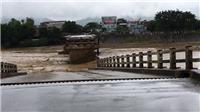 VIDEO: Hình ảnh kinh hoàng nước lũ quật sập cầu Ngòi Thia, 5 người bị lũ cuốn trôi