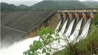 Hình ảnh cận cảnh Nhà máy Thủy điện Hòa Bình mở 8 cửa xả đáy