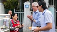 Thủ tướng Australia ăn bánh mỳ, chụp ảnh selfie với người dân trên phố Đà Nẵng